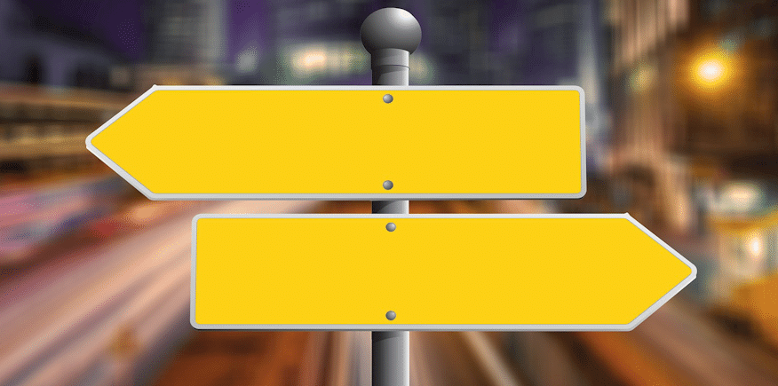Richtungsschilder als Symbolbild: AEVO-OnlineKurs oder Präsenzseminar?
