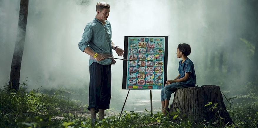 Symbolbild: Erwachsener unterrichtet ein Kind