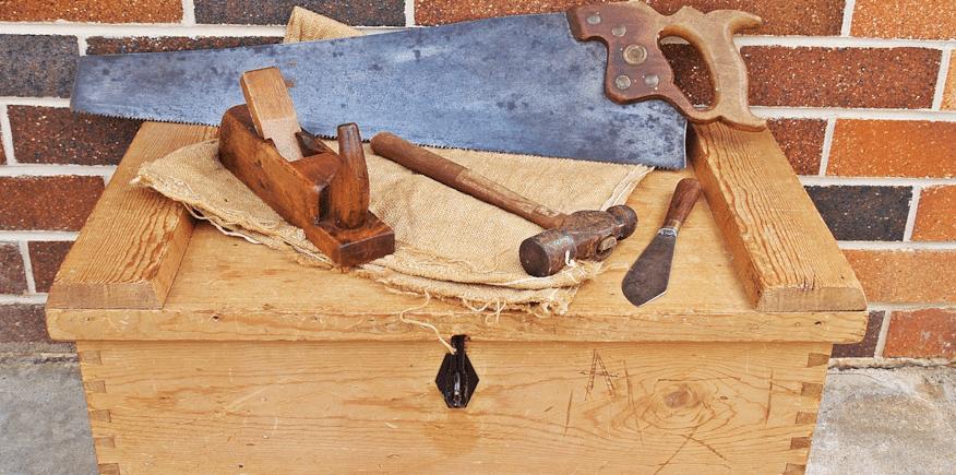 Symbolbild: Holzkiste mit Werkzeug eines Schreiners