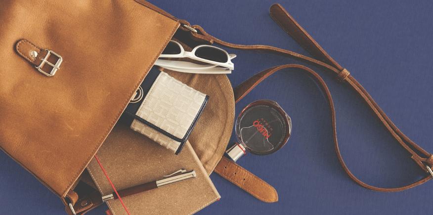 Symbolbild: eine Handtasche mit Inhalt