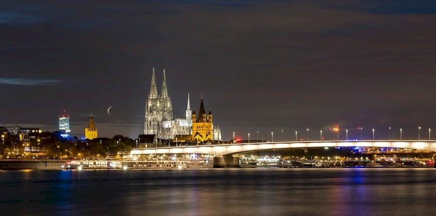 Symbolbild: Skyline von Köln bei Nacht