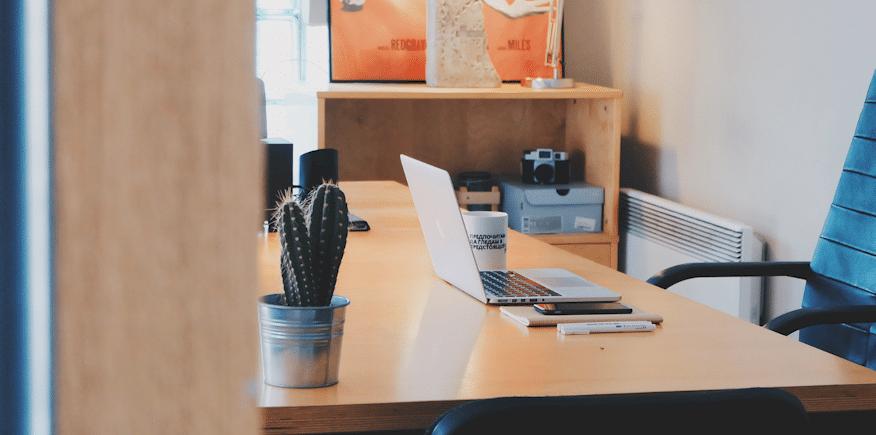 Symbolbild: Schreibtisch mit Notebook