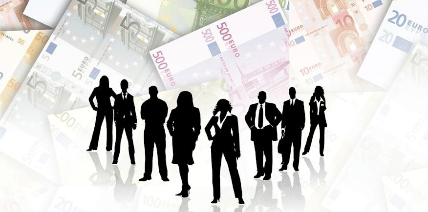 Figuren vor Geldscheinen