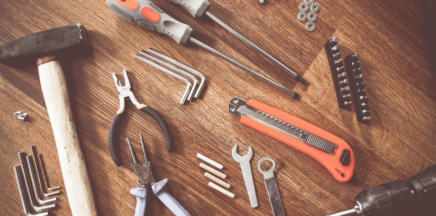 Symbolbild: unterschiedliche Werkzeuge liegen auf einer Arbeitsplatte