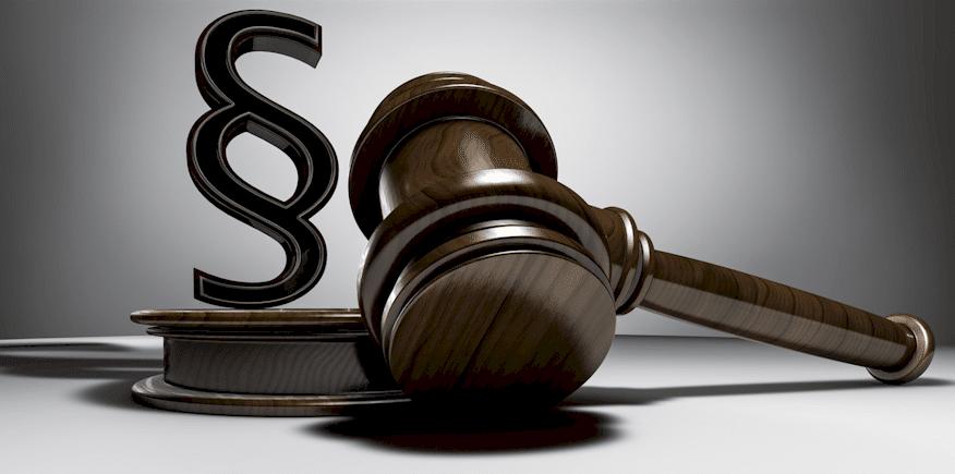 Paragrafenzeichen und Holzhammer für Richter