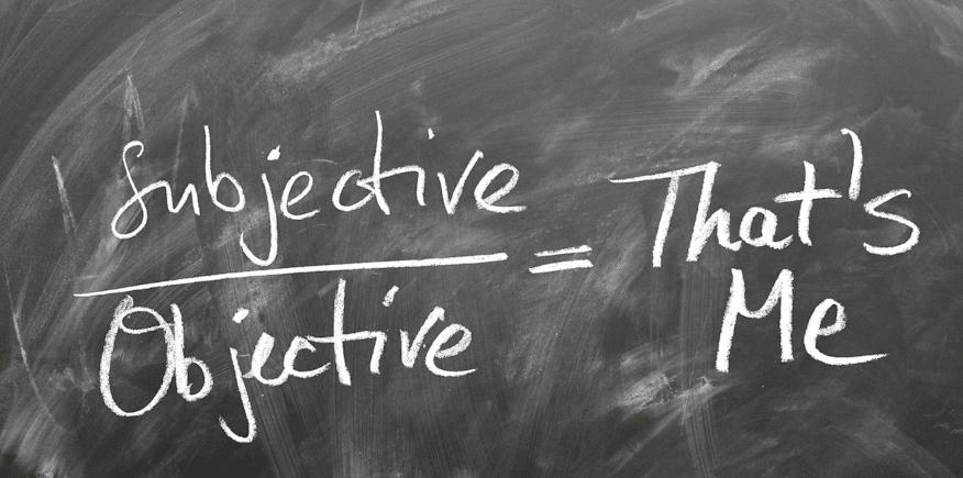 Kreidetafel als Symbolbild mit der Aufschrift: subjektiv / objektiv