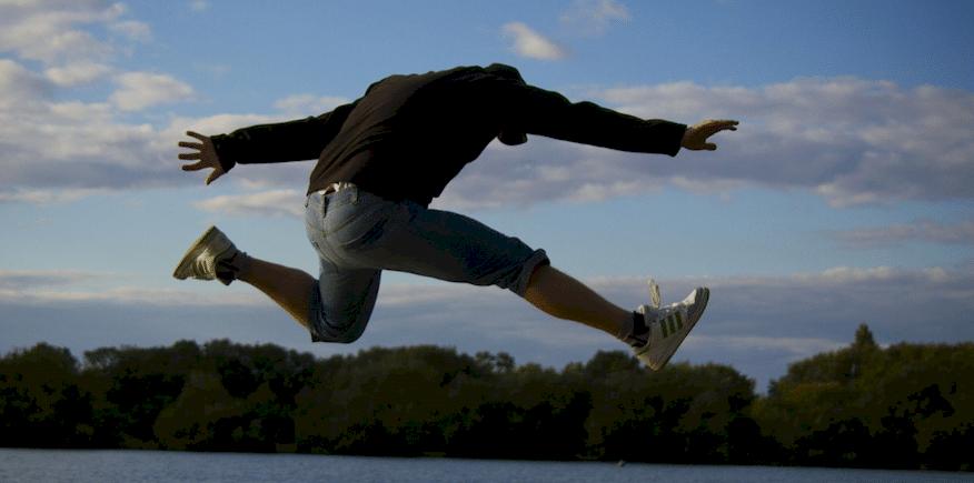Symbolbild: Person macht einen weiten Sprung