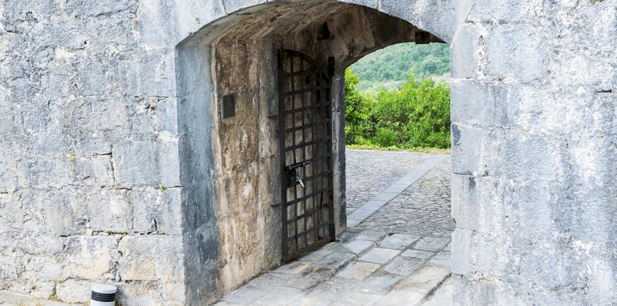 Symbolbild: Kurzer Tunnel mit geöffneter Eisentür